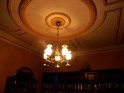 żyrandol w dużym pokoju