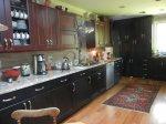drewniane panele i dywan w kuchni