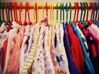 ciuchy, ubrania wiszące na wieszakach