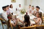 Rodzina przy stole jadalnym
